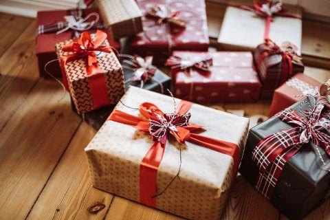 ПРАЗНИЦИТЕ СЕ БЛИЖАТ: Најубавите новогодишни подароци за љубителите на спортскиот стил